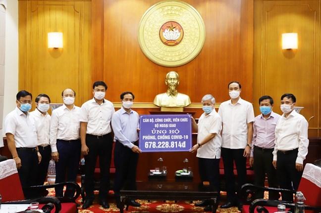 Chủ tịch Uỷ ban Trung ương MTTQ Việt Nam Đỗ Văn Chiến tiếp nhận ủng hộ từ Bộ trưởng Bộ Ngoại giao Bùi Thanh Sơn số tiền mà cán bộ, công chức, viên chức Bộ Ngoại giao đóng góp