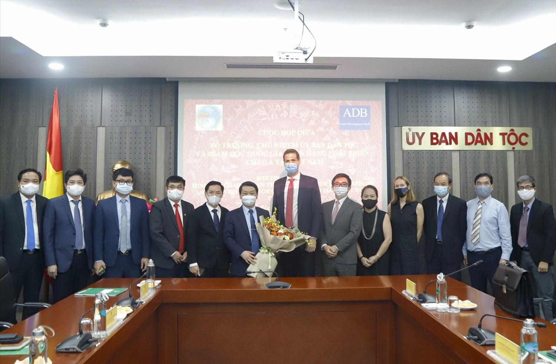 Bộ trưởng, Chủ nhiệm Hầu A Lềnh và đại điện lãnh đạo một số Vụ, đơn vị của UBDT chụp ảnh lưu niệm với Đoàn công tác của ADB.