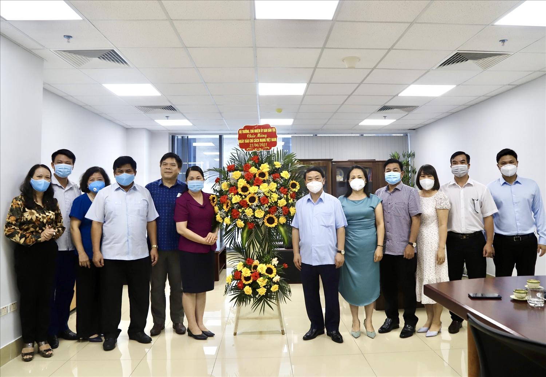 Bộ trưởng, Chủ nhiệm Hầu A Lềnh tặng hoa chúc mừng Vụ Tuyên truyền