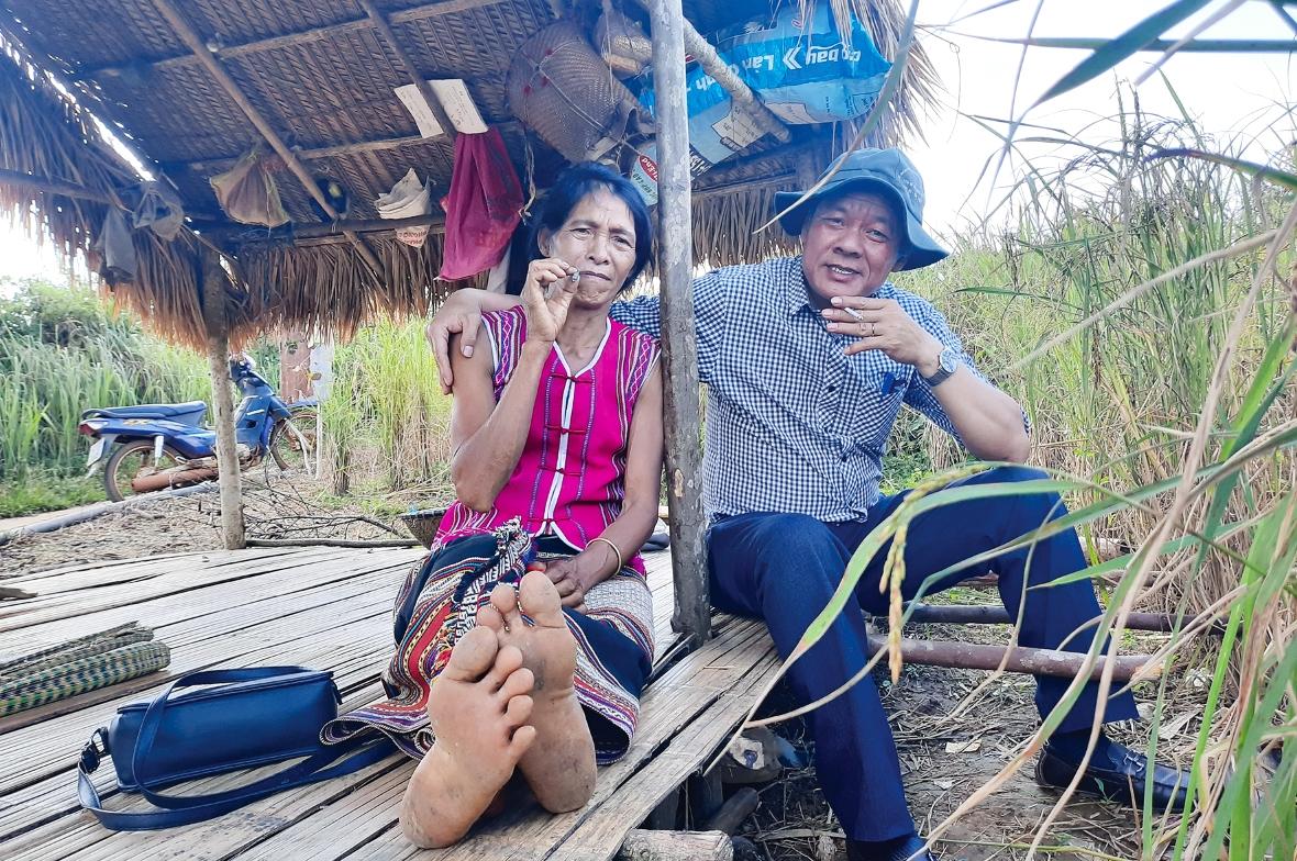 Tác giả giữa rẫy lúa của đồng bào dân tộc Mạ ở Bảo Lâm (Lâm Đồng)
