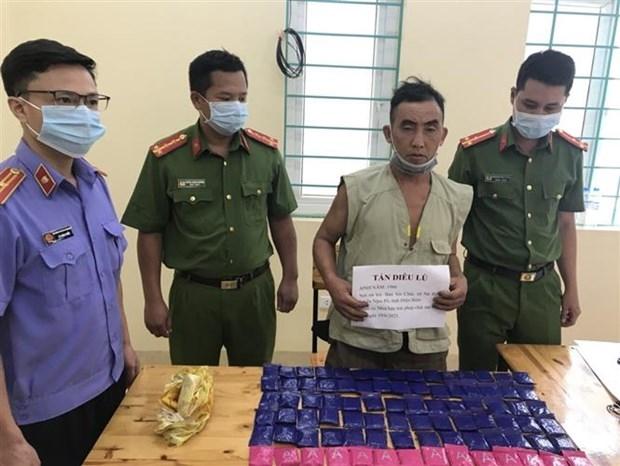 Đối tượng Tẩn Diêu Lù bị bắt giữ cùng tang vật 18.000 viên ma túy tổng hợp trong chuyên án 621L. Ảnh: TTXVN