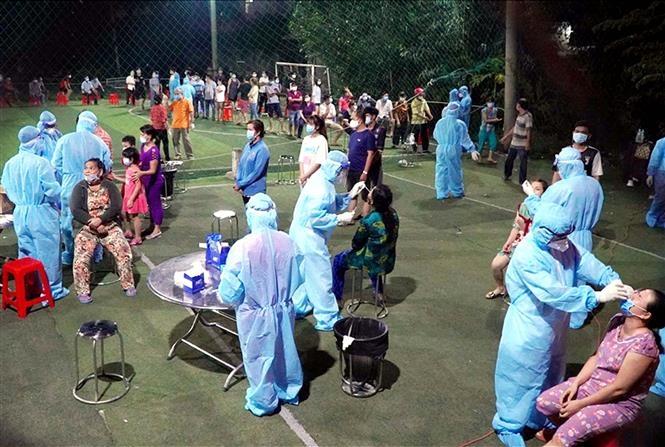 Lực lượng chức năng lấy mẫu xét nghiệm tầm soát dịch COVID-19 ở phường An Lạc, quận Bình Tân. Ảnh: TTXVN phát