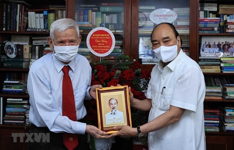 Chủ tịch nước Nguyễn Xuân Phúc thăm nhà báo Đặng Minh Phương. (Ảnh: Thống Nhất/TTXVN)