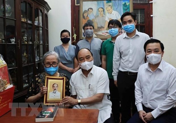 Chủ tịch nước Nguyễn Xuân Phúc đã tới thăm gia đình cố Nhà báo Hữu Thọ. (Ảnh: Thống Nhất/TTXVN)