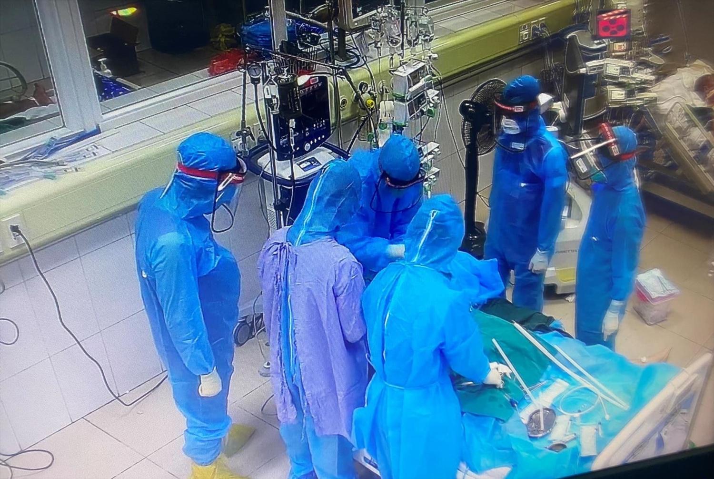 Cứu chữa bệnh nhân COVID-19 nặng. Ảnh: BV