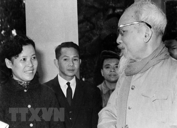 Chủ tịch Hồ Chí Minh dặn dò nữ phóng viên Tuệ Oanh của Việt Nam Thông tấn xã về cách viết tin trong dịp đưa tin cuộc bầu cử Quốc hội khóa III - ngày 26/4/1964. Ảnh: Tư liệu TTXVN