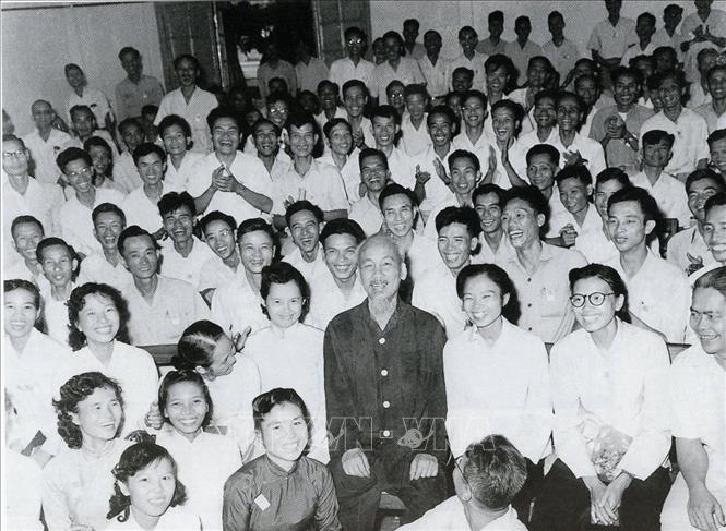 Chủ tịch Hồ Chí Minh với các đại biểu dự Đại hội lần thứ III những người viết báo Việt Nam (8/9/1962). Ảnh: Tư liệu TTXVN