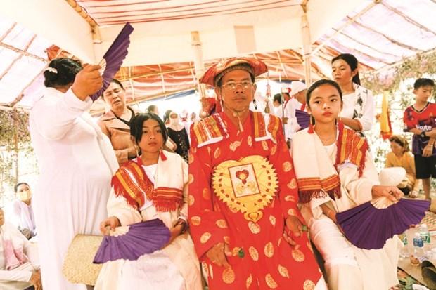 Đối với các chức sắc Chăm, lễ tôn chức Pok Tapah là nghi lễ quan trọng nhất, tái hiện con đường hình thành một tu sĩ Bà-la-môn giáo. Ảnh: Tuệ Tri