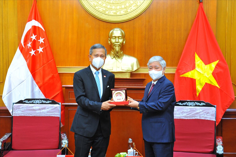 Bí thư Trung ương Đảng, Chủ tịch Uỷ ban Trung ương MTTQ Việt Nam Đỗ Văn Chiến tặng quà lưu niệm cho Bộ trưởng Bộ Ngoại giao Cộng hòa Singapore Vivian Balakrishnan.