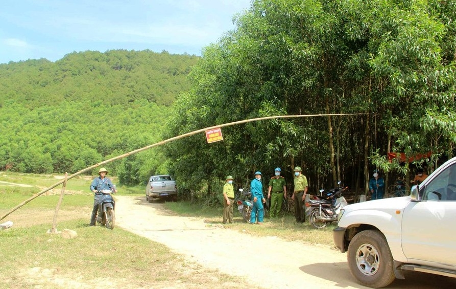 Các lực lượng trực chốt tại cửa rừng