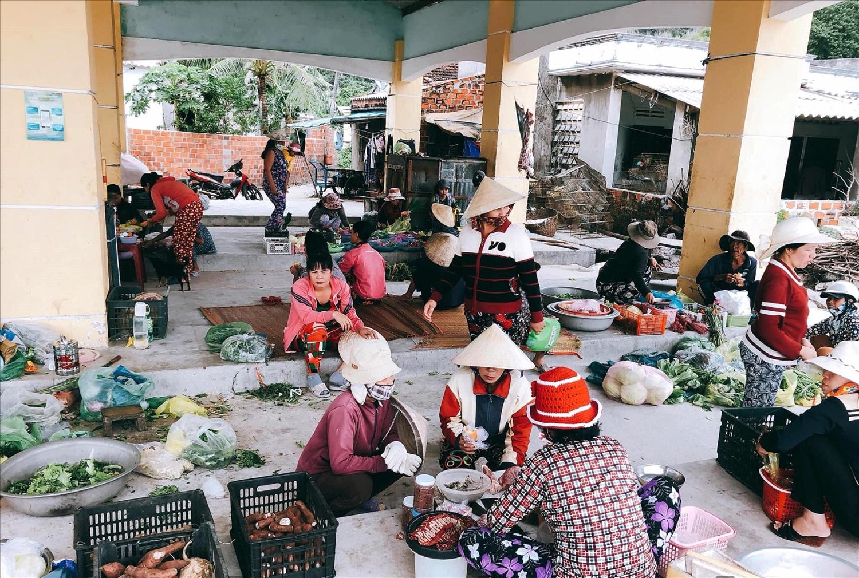 Chợ Nhơn Châu tấp nập người mua kẻ bán