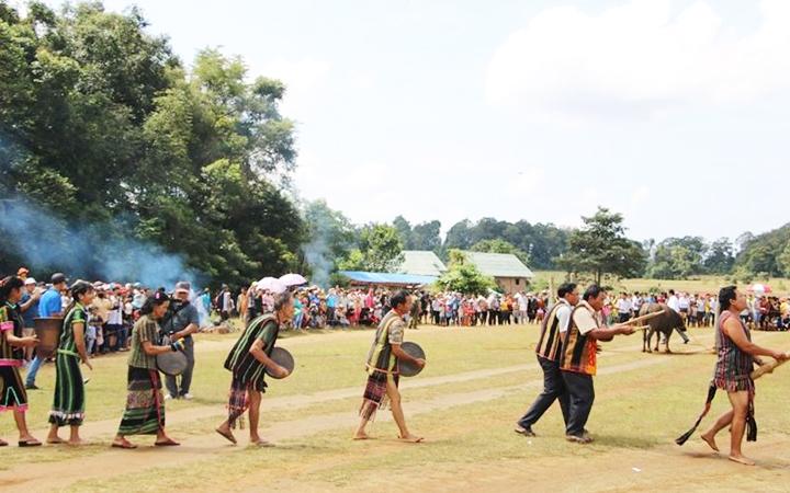 Đồng bào dân tộc XTiêng biểu diễn cồng chiêng trong lễ hội.
