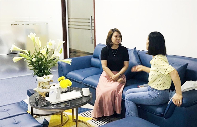 Chị Hòa, mẹ bé Thu (bìa phải) phản ánh tình trạng của con gái mình với chuyên viên tư vấn.