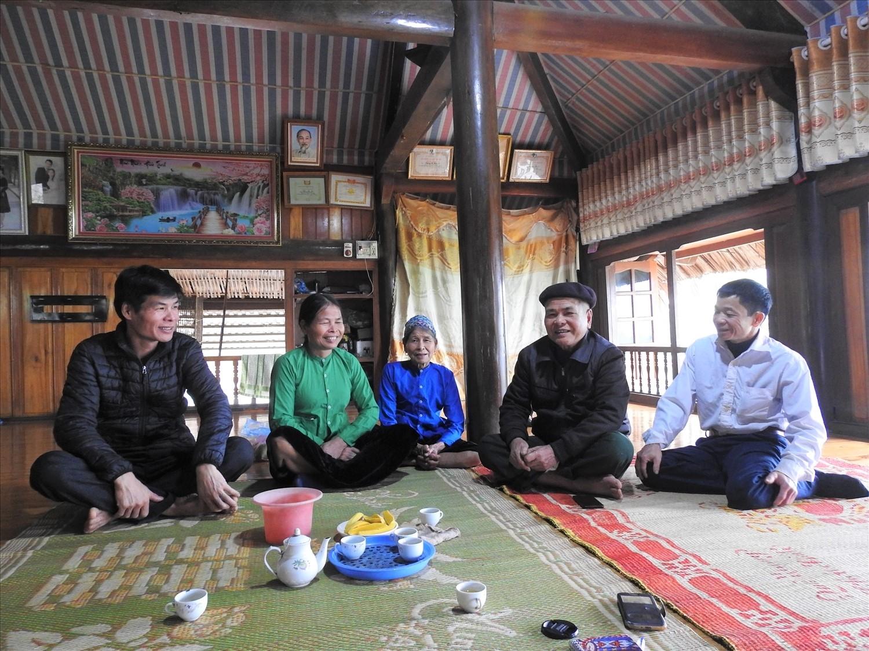 Ông Hoàng Ngọc Cơ (thứ 2 từ phải sang) cùng vợ và các con trong gia đình.