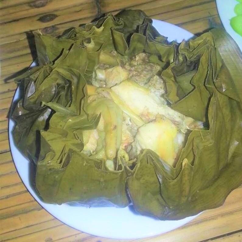 Món ăn cáy mon mọ thơm nức mùi gia vị, sóng sánh chút lớp mỡ vàng óng, ngầy ngậy của thịt gà mái non