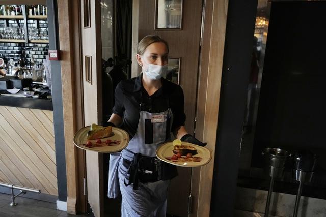 Moscow sẽ áp dụng quy định cho phép những người đã tiêm vaccine COVID-19 đến nhà hàng, quán cà phê. (Ảnh: AP)