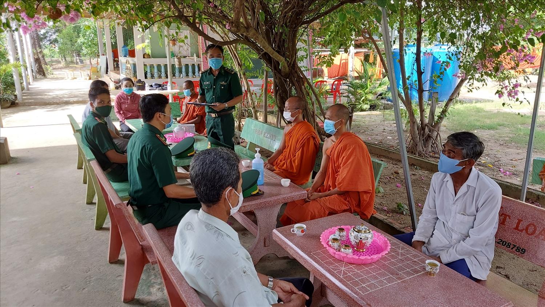 Bộ đội Biên phòng tỉnh Kiên Giang tuyên truyền cho các vị là Người có uy tín tại huyện biên giới Giang Thành