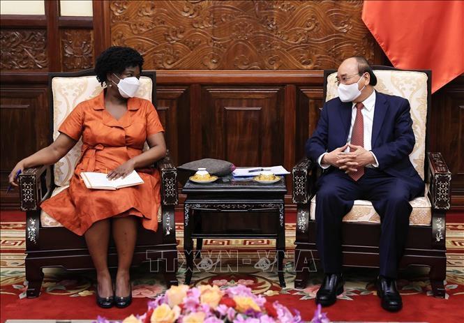 Chủ tịch nước Nguyễn Xuân Phúc tiếp bà Victoria Kwakwa, Phó Chủ tịch Ngân hàng Thế giới phụ trách khu vực Đông Á và Thái Bình Dương. Ảnh: TTXVN