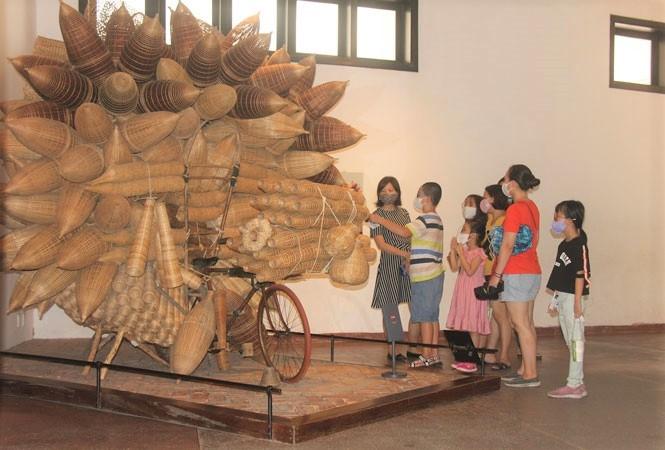 Du khách tham quan Bảo tàng Dân tộc học Việt Nam (Thời điểm Hà Nội chưa thực hiện giãn cách xã hội)
