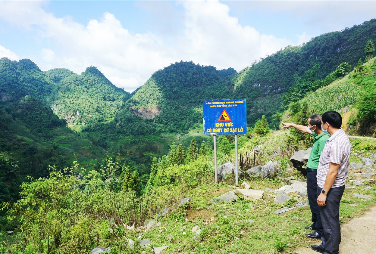 Hơn 20 hộ dân thôn Vả Thàng nằm trong thung lũng bao quanh là núi đá