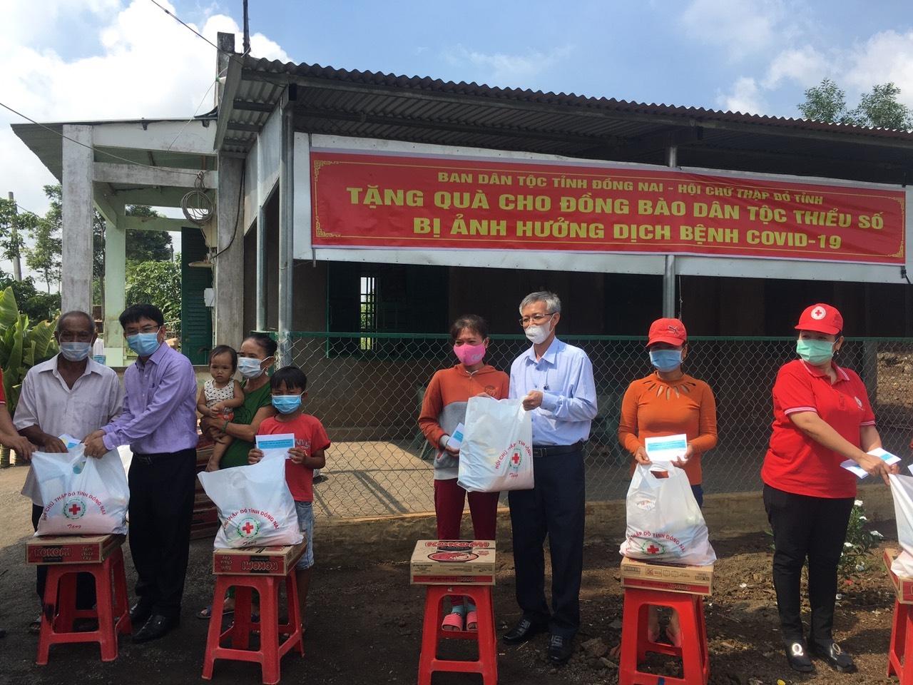Lãnh đạo Ban Dân tộc tỉnh Đồng Nai và Hội Chữ thập đỏ tỉnh đến thăm, tặng quà cho đồng bào dân tộc Chơ Ro