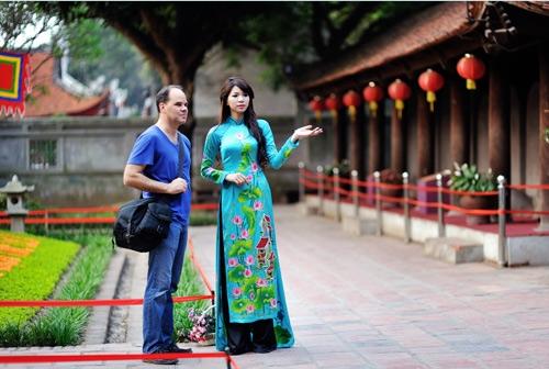 Việc thực hiện quy tắc ứng xử nơi công cộng của người Hà Nội nhằm xây dựng người Hà Nội văn minh, thanh lịch (Ảnh chụp trước thời điểm dịch Covid-19)