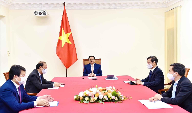 Tại cuộc điện đàm, Thủ tướng Manuel Marrero Cruz khẳng định Cuba mong muốn mở rộng hợp tác với Việt Nam trên các lĩnh vực thương mại, đầu tư, nông nghiệp, y tế, nghiên cứu và sản xuất dược phẩm, bao gồm việc hợp tác cung ứng và chuyển giao công nghệ sản xuất vaccine phòng ngừa COVID-19. - Ảnh: VGP/Nhật Bắc