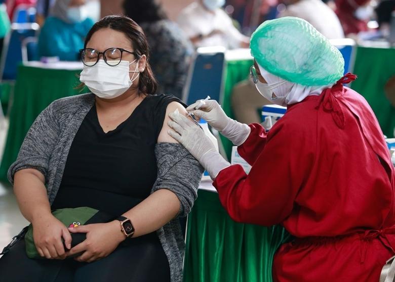 Indonesia đang tiến hành tiêm chủng vaccine ngừa COVID-19 cho người dân trong bối cảnh dịch bệnh vẫn đang diễn biến hết sức phức tạp. (Ảnh: Reuters)