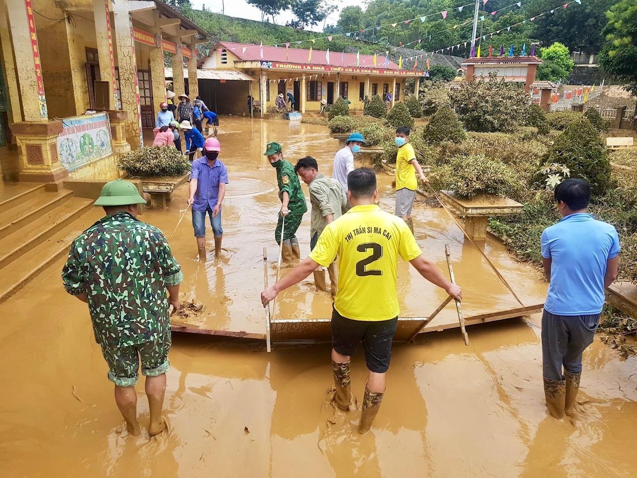 Các lực lượng khẩn trương khắc phục hậu quả mưa lũ. Ảnh: BLC