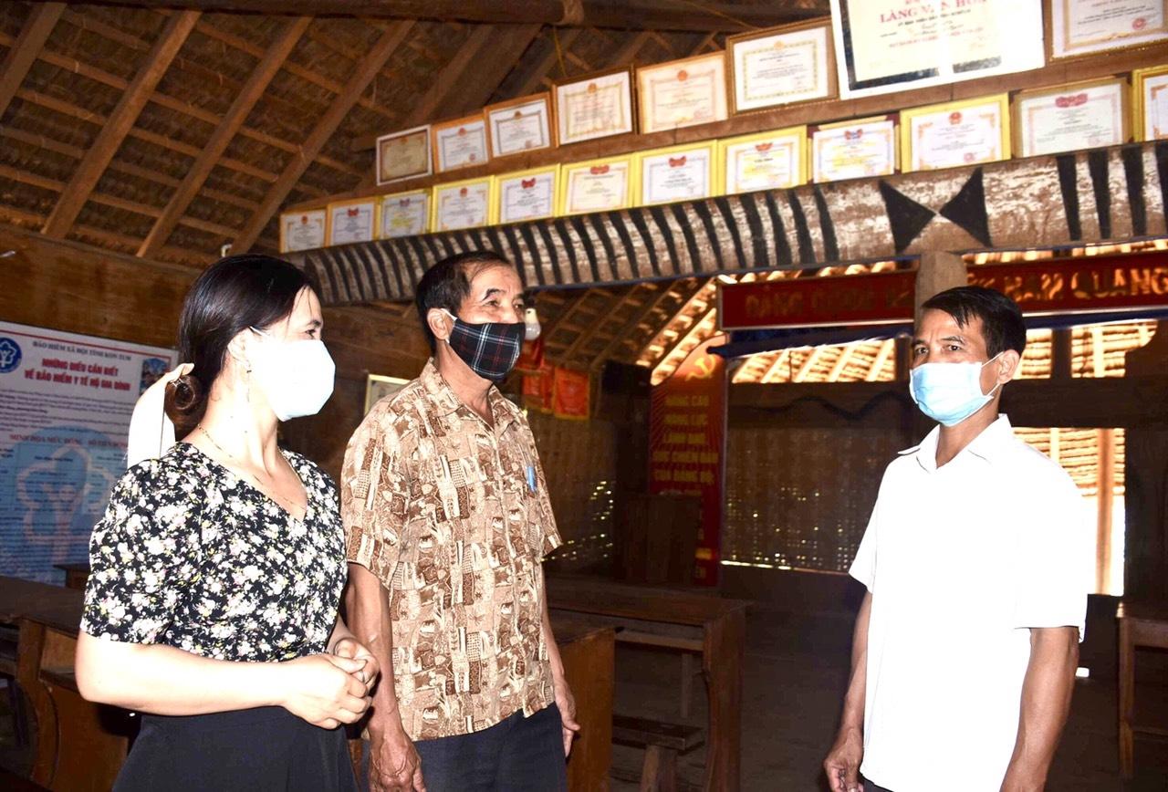Bí thư Đảng uỷ xã Xiêng Thanh Thiên trao đổi với ông Tý trong mái nhà rông truyền thống thôn Nông Nội. Ảnh: P.N