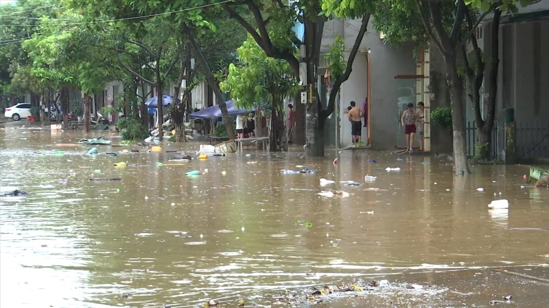 Nhiều tuyến đường trên địa bàn thành phố Lào Cai bị ngập sâu