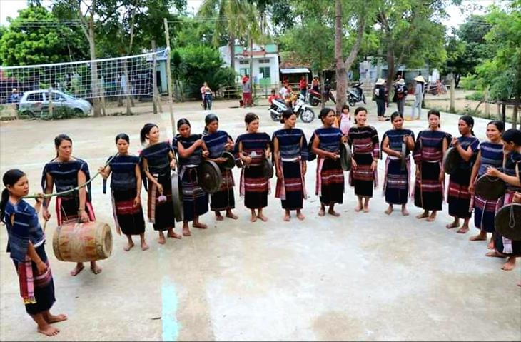 Cùng với đàn ông trong làng, phụ nữ làng Leng đã mang tới một làn gió mới cho văn hóa cồng chiêng của người Ba Na vùng Đông Trường Sơn. Ảnh: Thùy Dung