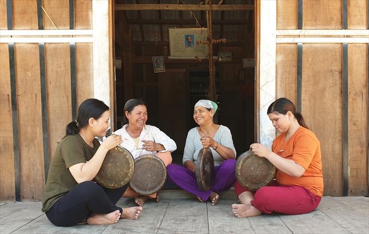 Sau những giờ lên nương, đội chiêng nữ làng Leng lại tập trung về nhà Rông làng để tập đánh chiêng. Ảnh: Thùy Dung