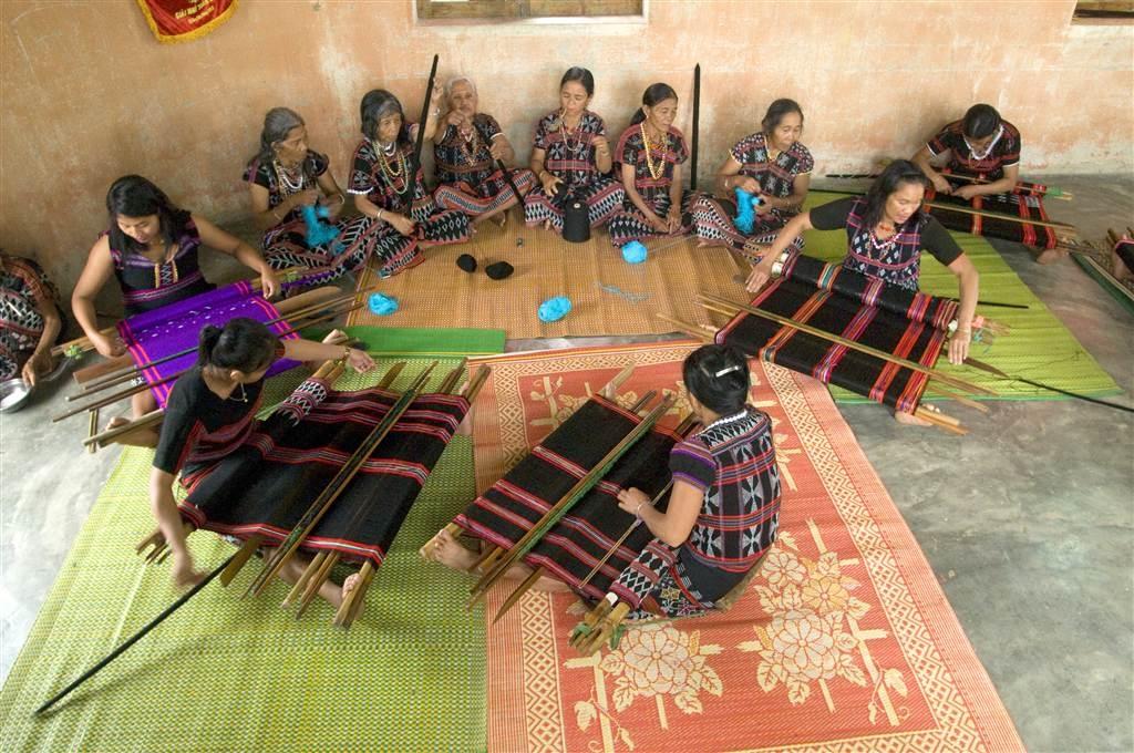 Hiện 86,1% người DTTS từ 15 tuổi trở lên có việc làm; các nghề truyền thống được khôi phục, góp phần bảo tồn văn hóa truyền thống và tăng thu nhập cho đồng bào (Ảnh minh họa)