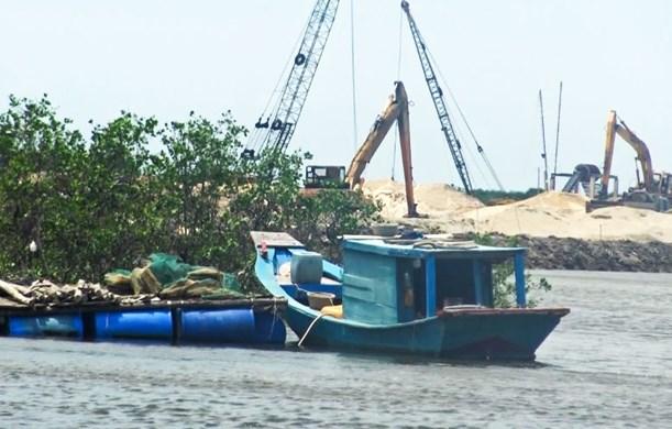 Tàu bè của dân nằm phơi mình không thể khai thác thuỷ sản khi sông Rạng bị san lấp