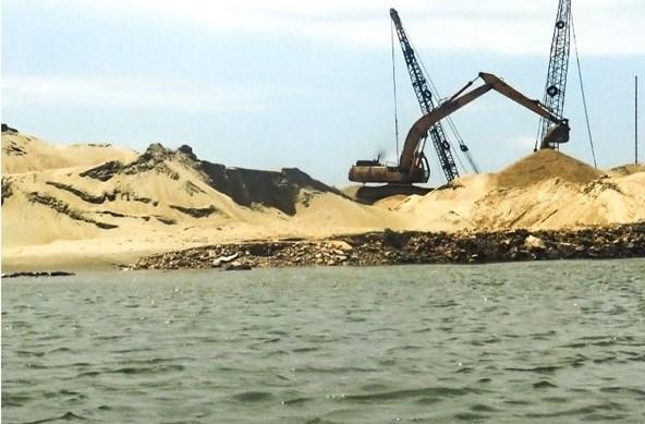 Những ụ cát nằm trên cảng tạm lấn cả ra vùng sông