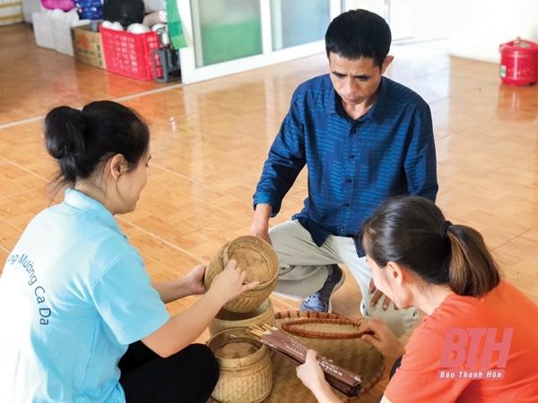 Ông Phạm Văn Thuyền (xã Hồi Xuân, huyện Quan Hóa, tỉnh Thanh Hóa) hướng dẫn các nhân viên tại Công ty TNHH Thương mại và Dịch vụ Mường Cada.