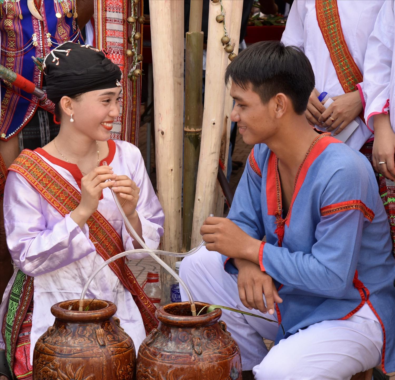 Cô dâu, chú rể dân tộc Chăm Hroi bên ché rượu cưới