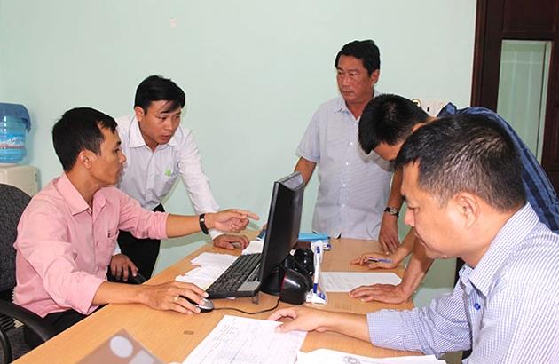 Kiểm tra hoạt động ứng dụng CNTT trong cải cách hành chính tại Bộ phận tiếp nhận và trả kết quả của UBND huyện Krông Bông (Ảnh chụp trước ngày 27/4/2021)