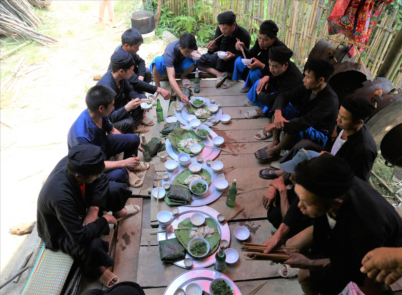 Mâm cơm dành cho họ hàng bên nội và bên ngoại của người Lô Lô đen trong một tiệc hiếu