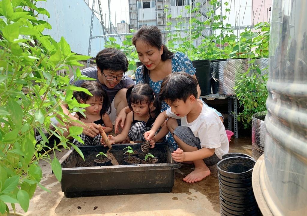 Góc vườn nhà trở thành nơi giúp trẻ quên đi sự bức bí trong mùa dịch (Ảnh minh họa)