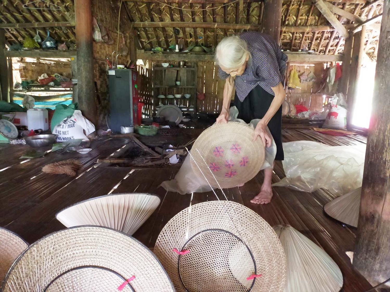 Cụ Ma Thị Phú xóm Sơn Vinh, xã Sơn Phú, huyện Định Hóa (Thái Nguyên) đã 60 năm gắn bó với nghề đan nón