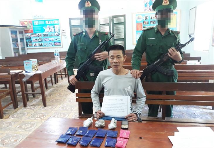 Đối tượng Nguyễn Xuân Tung cùng tang vật. Ảnh: Vì Hiện