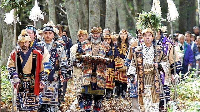 Người Ainu mặc trang phục truyền thống trong Lễ hội tảo cầu Marimo
