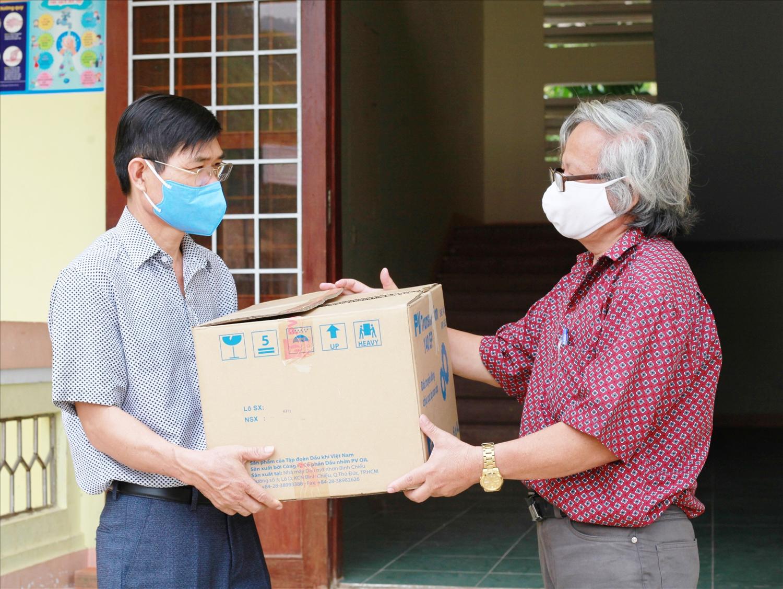 Cộng tác viên Báo Dân tộc và Phát triển (bên phải) tặng khẩu trang cho xã vùng cao Sơn Mùa, huyện Sơn Tây phòng, chống đại dịch