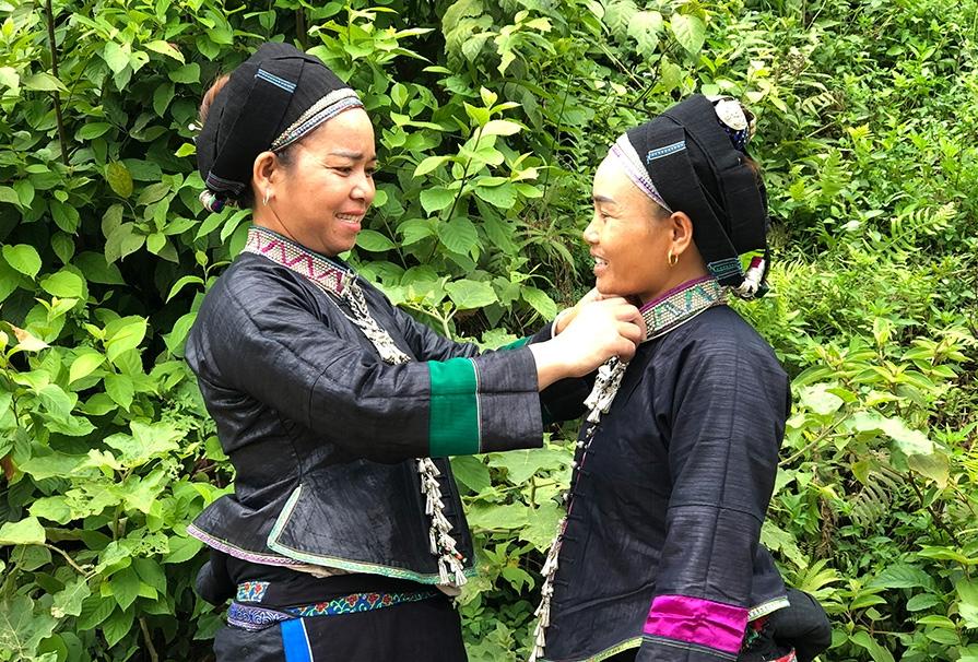 Phụ nữ Nùng ở Khăm Kheo vẫn tự tay nhuộm vải, tự may trang phục truyền thống