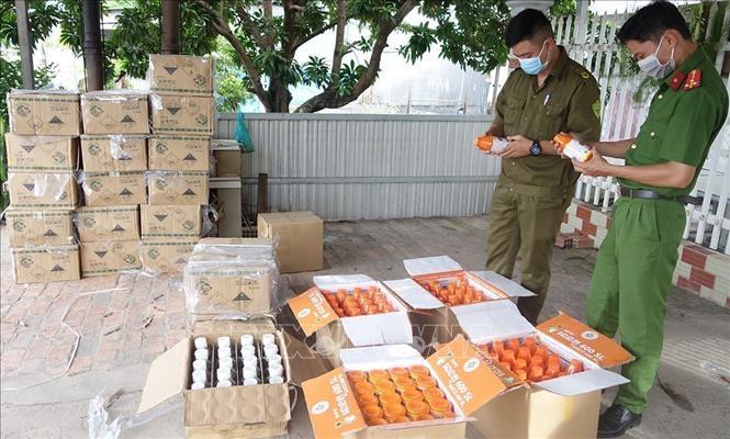 Lực lượng chức năng tỉnh An Giang kiểm đếm số lượng lớn thuốc bảo vệ thực vật nhãn mác nước ngoài, không rõ nguồn gốc xuất xứ vừa thu giữ được.