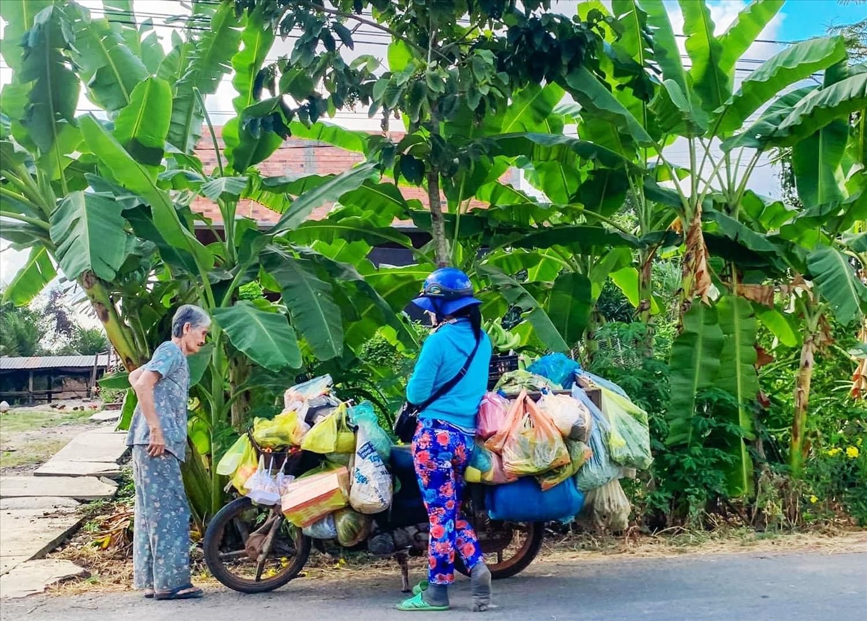 Nhiều người chạy chợ vùng biên, để mang hàng hóa tới cho người dân các buôn làng