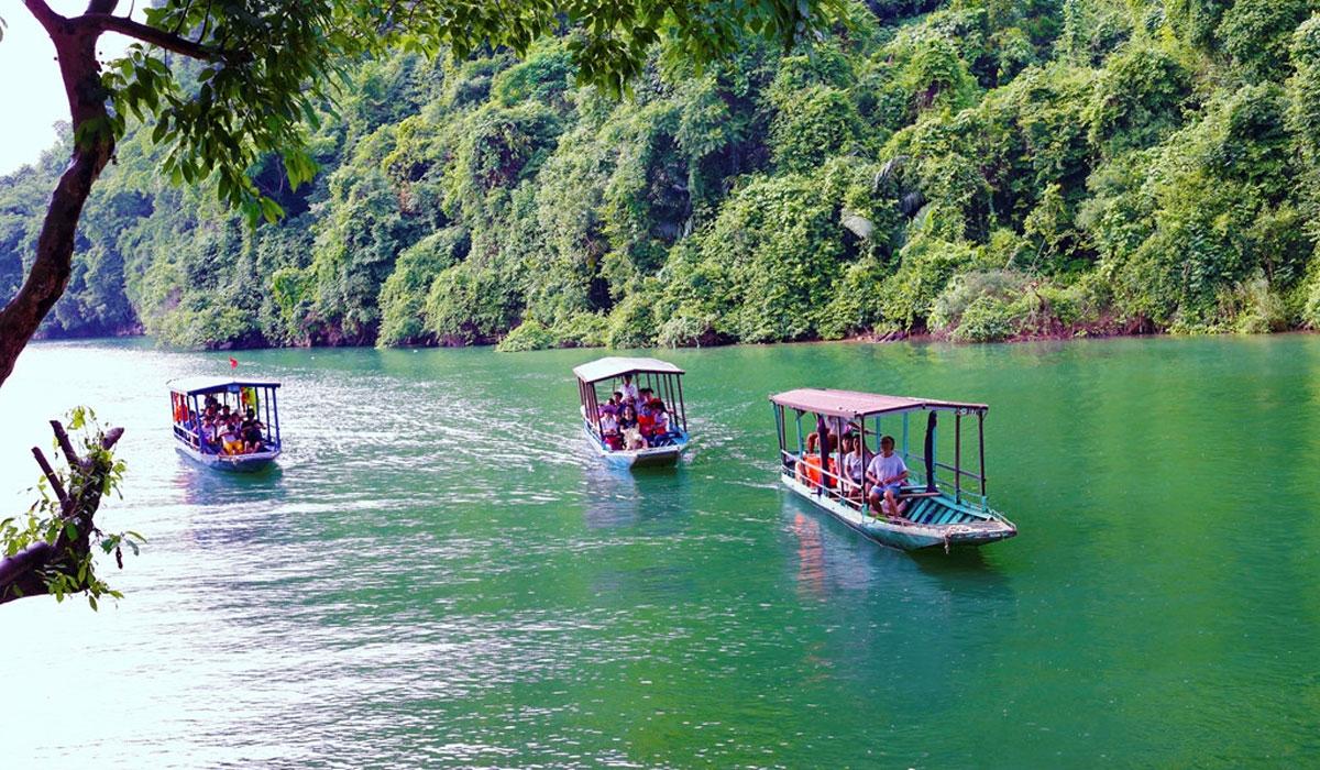 Du khách du ngoạn quanh hồ bằng xuồng máy