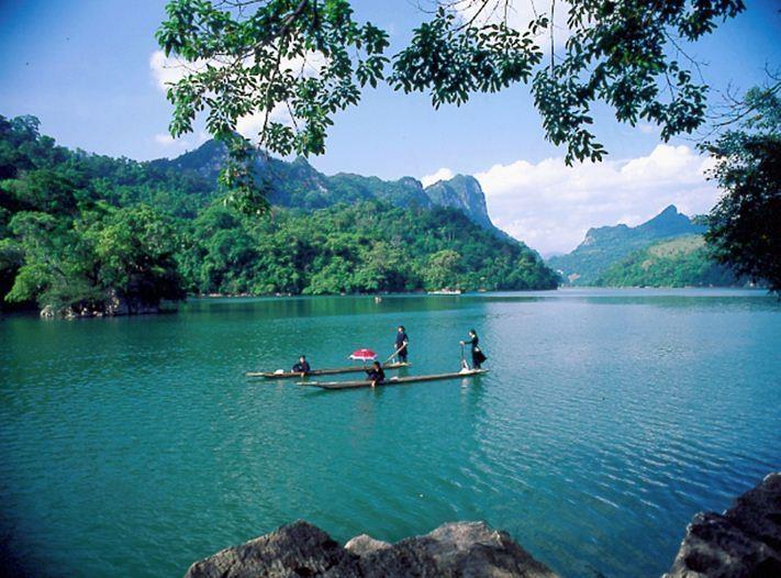 Chèo thuyền độc mộc trên hồ Ba Bể